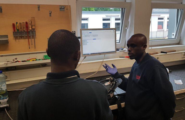 Tansanier in der Atemschutzwerkstatt bei der Feuerwehr